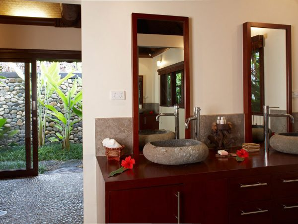 Nanuku Auberge Resort – Beachfront spa villa bathroom